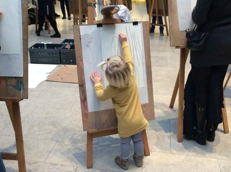 Guusje tekent als Rembrandt in het Rijksmuseum