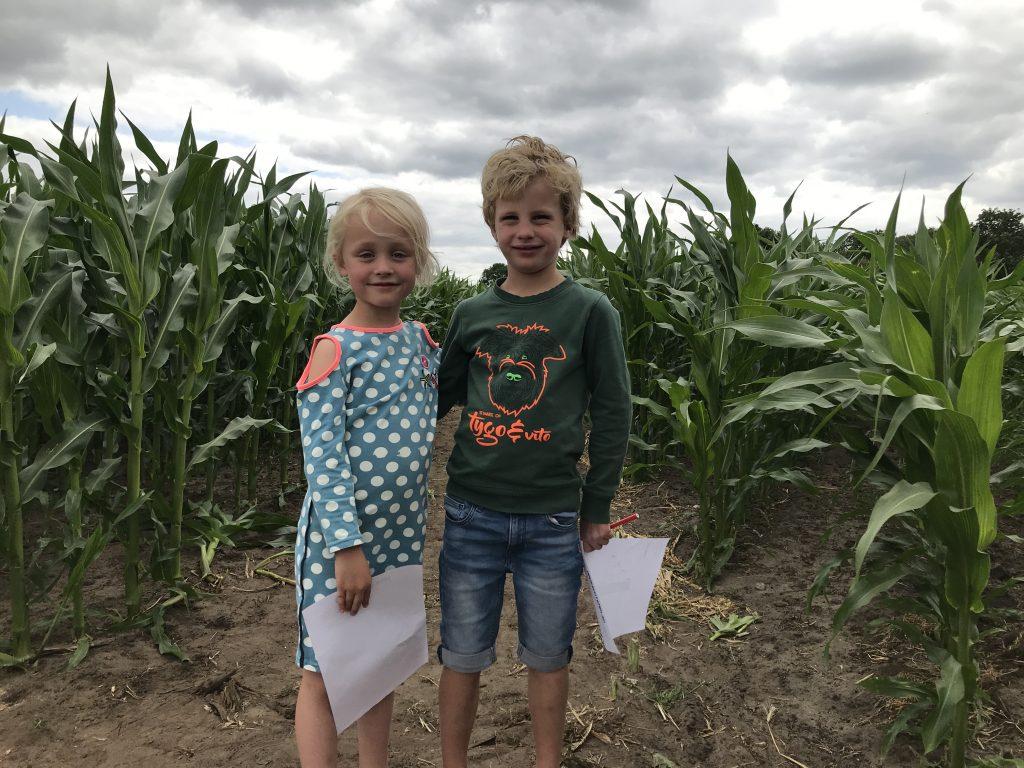 Jurre en Aniek zijn klaar om het maisdoolhof in te gaan