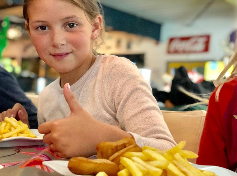 Tevreden kind tijdens kinderfeestje discobowlen