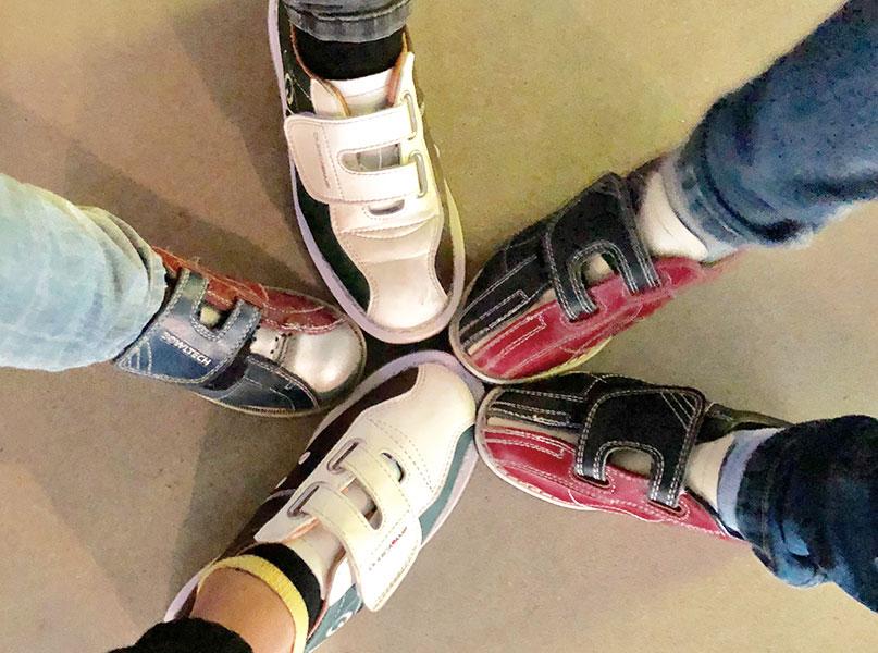 Schoenen aan tijdens het bowling kinderfeestje in Enschede