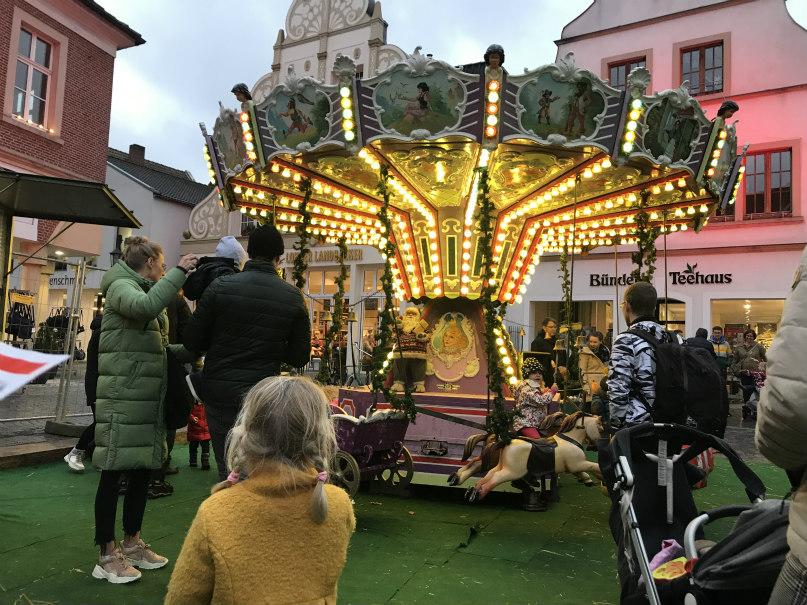 Ouderwetse draaimolen op de kerstmarkt